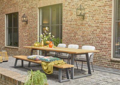 Terrassentisch mit Stühlen und Outdoor-Polstern
