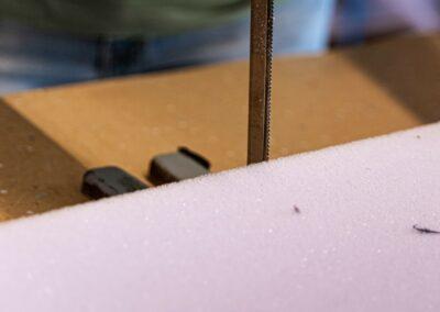 Schaumstoff wird zugeschnitten
