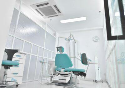 Behandlungszimmer mit modernen Möbeln